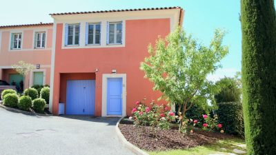 LES ISSAMBRES - corner house with garage, 3 bedrooms and beautiful sea views