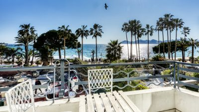 Fully renovated, south-facing 2-bed-apartment, sea view on the Croisette in Cannes
