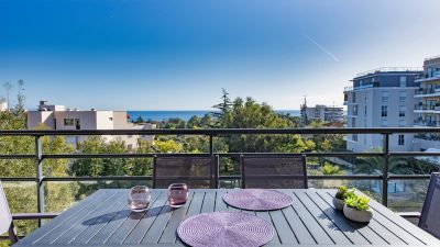 Spacious two-bed apartment, large terrace, wonderful sea views, pool, in Antibes.