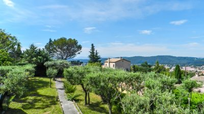 Villa with spacious rooms, magnificent views, huge basement in Draguignan