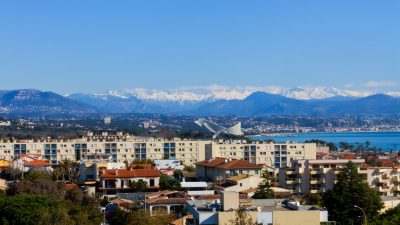 Top floor apartment with large terrace, close to the sea in Antibes
