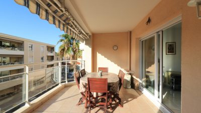 Two-bed apartment on two sides, near the town-centre in Saint -Raphaël