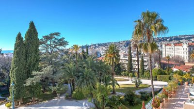 Three-bed apartment in beautiful palace with park, sea view in Nice Cimiez area