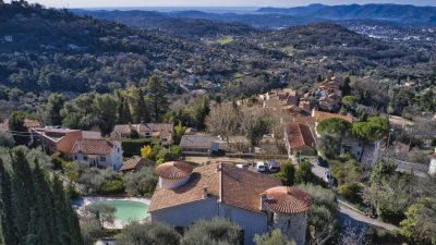 Villa with elevated position, pool and panoramic sea views in Magagnosc, Côte d'Azur