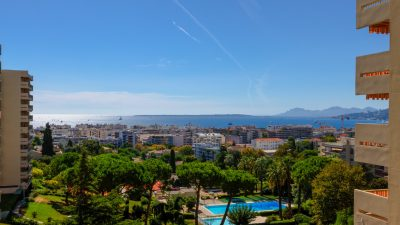 Two-bedroom apartment with sea view in Juan les Pins