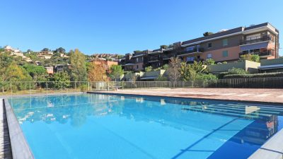 Luxury three-bed penthouse, garages, pool, mountain views in Agay